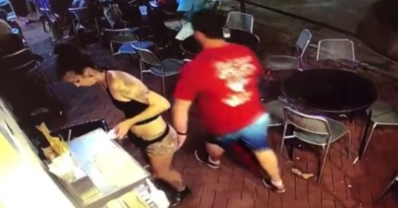 Kunden klyper den unge servitøren i rumpa. Sekunder senere får hun ham til å angre!