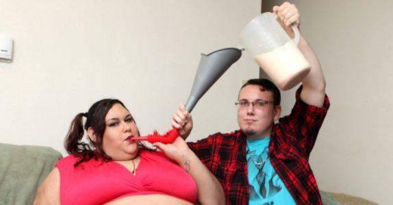 Han mater kjæresten sin gjennom en trakt. Målet hennes er å bli verdens tykkeste!