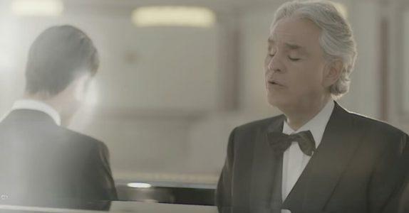 Andrea Bocelli gjør seg klar ved pianoet. Men når DENNE mannen dukker opp ved siden av, røres alle til tårer!