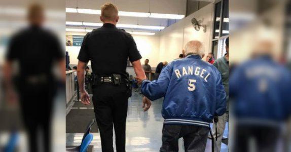 Personalet kaster den 92 år gamle mannen ut av banken. Da gjør politiet noe INGEN forventet!