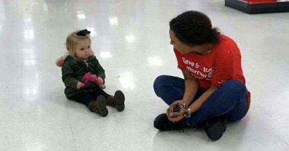 Butikkmedarbeideren griper inn når 2-åringen får et raserianfall. Da tar moren dette utrolige bildet!