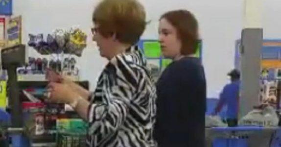 Den sebrakledde kvinnen presser seg inn i køen. Så fanger kameraet det hun gjør med tobarnsmoren!