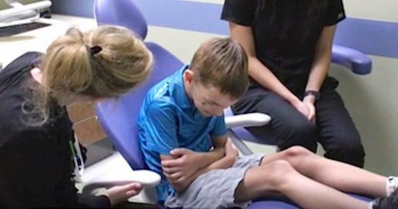 Foreldrene tror ikke 6-åringen kan snakke. Da avslører tannlegen det utrolige!