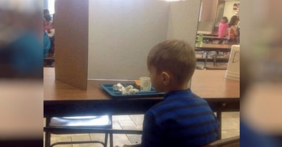 Mammaen besøker sin 6-årige sønn på skolen. Så innser hun at han blir mobbet av lærerne!